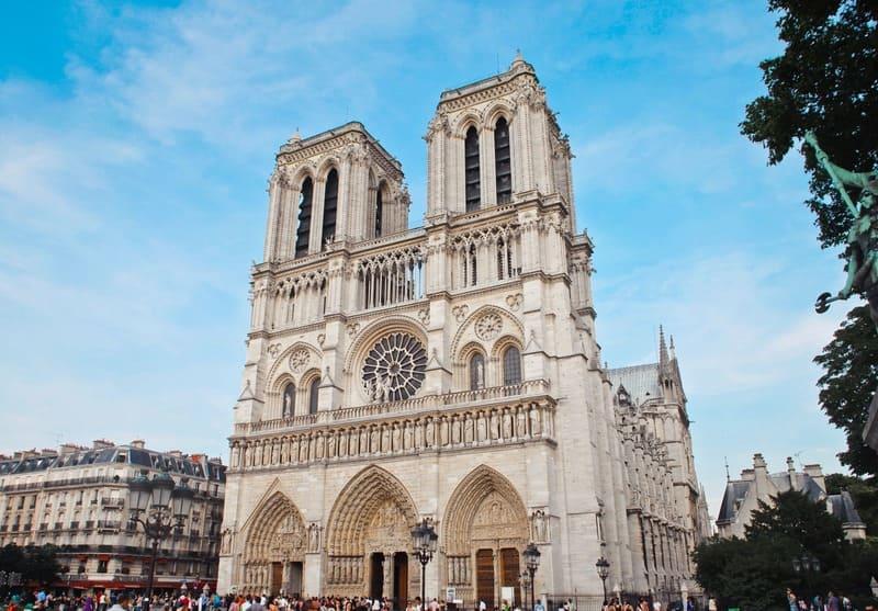 Faites une visite insolite de Paris au volant d'une voiture des plus insolites